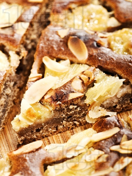 Фъдж кейк с какао, банан, ананас и бадеми - снимка на рецептата